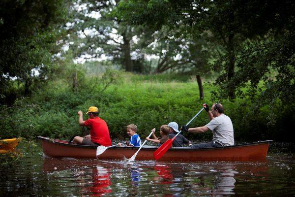 Gemeinsam unterwegs über den Kanäle in Holland