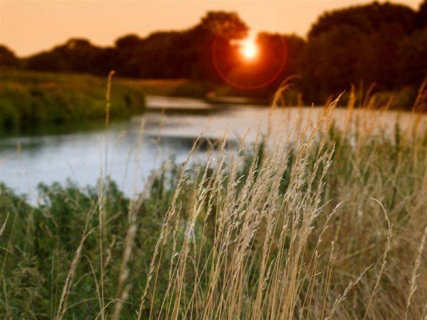 Sonnenuntergang mit Blick über die Gewässer von Holland