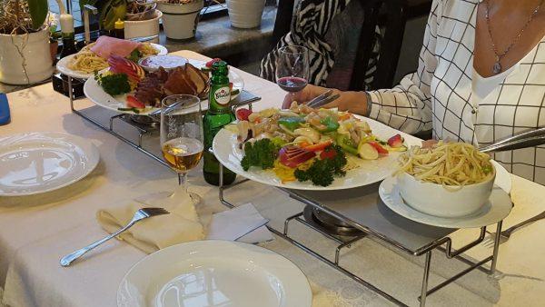 Essen im Grill-Restaurant von Ferienpark Marveld Recreatie