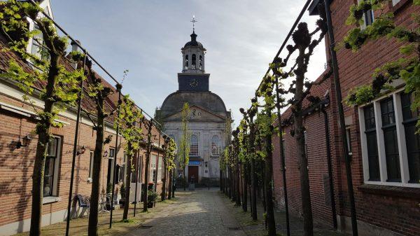 Ootmarsum - Straße im Zentrum mit Kirche