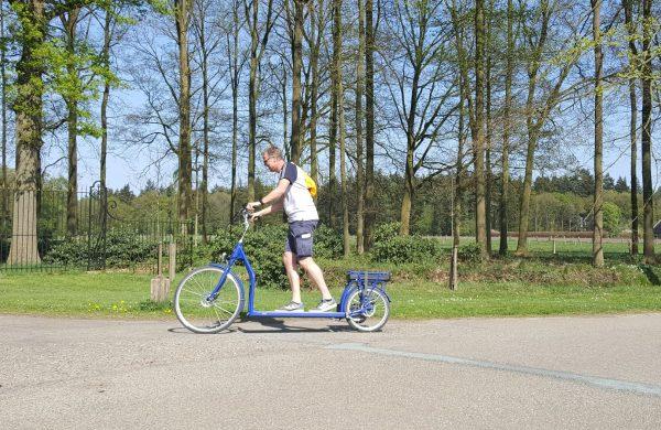Mann auf Balance Bike